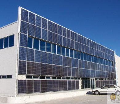 Instalación de energía solar fotovoltaica de conexión a red Integrada en fachada de edificio